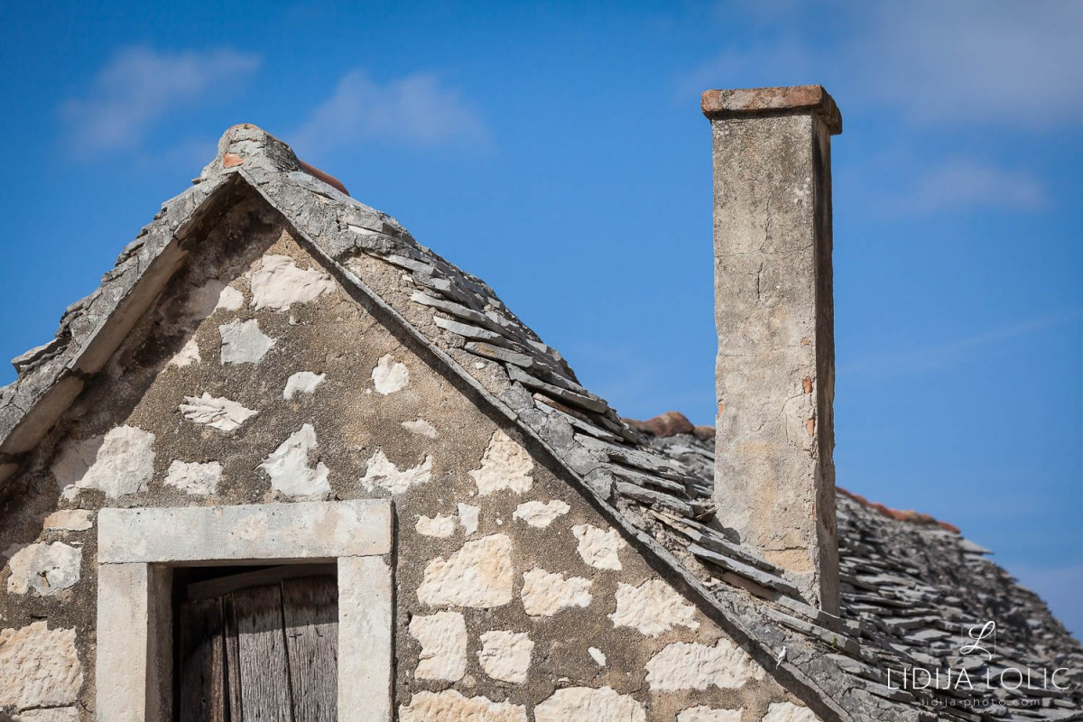 Dol-brac-old-house-roof